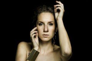 La cantautrice piemontese Francesca Sarasso ha conquistato la finale di Musicultura e sarà tra gli 8 artisti che si esibiranno all'Arena Sferisterio di Macerata il 22 e il 23 giugno